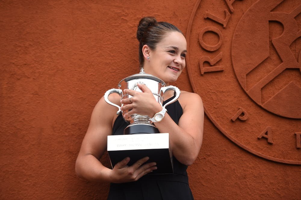 Ashleigh Barty posing and smiling with the Coupe Suzanne Lenglen the day after her victory at Roland-Garros 2019