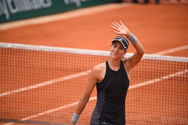 Garbiñe Muguruza smiling and wawing during Roland-Garros 2018