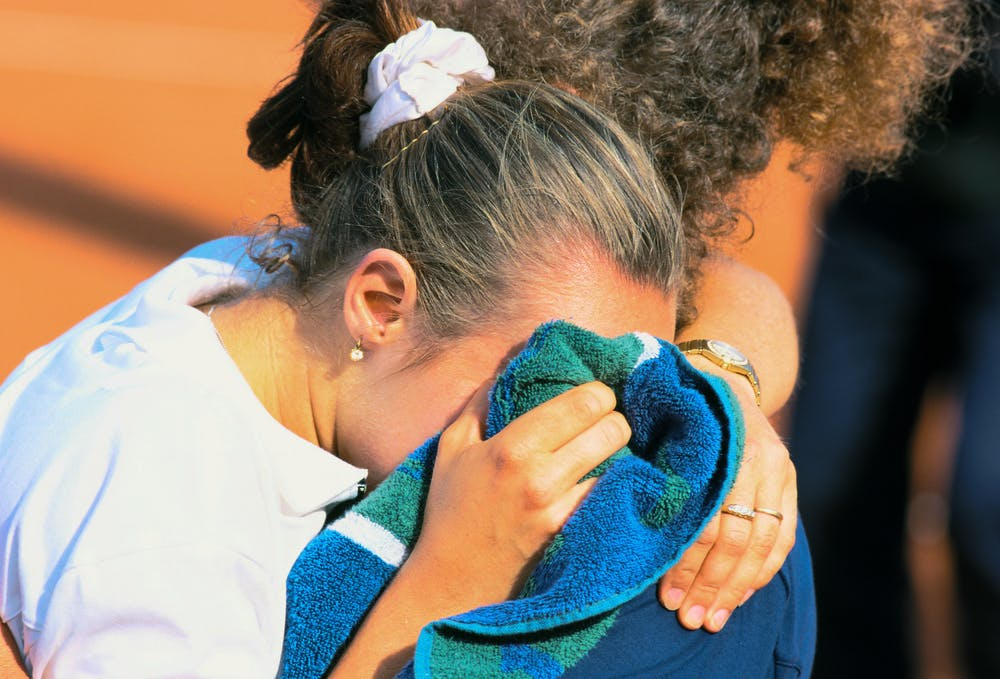 Martina Hingis with her mother after losing against Steffi Graf in Roland-Garros final - 1999
