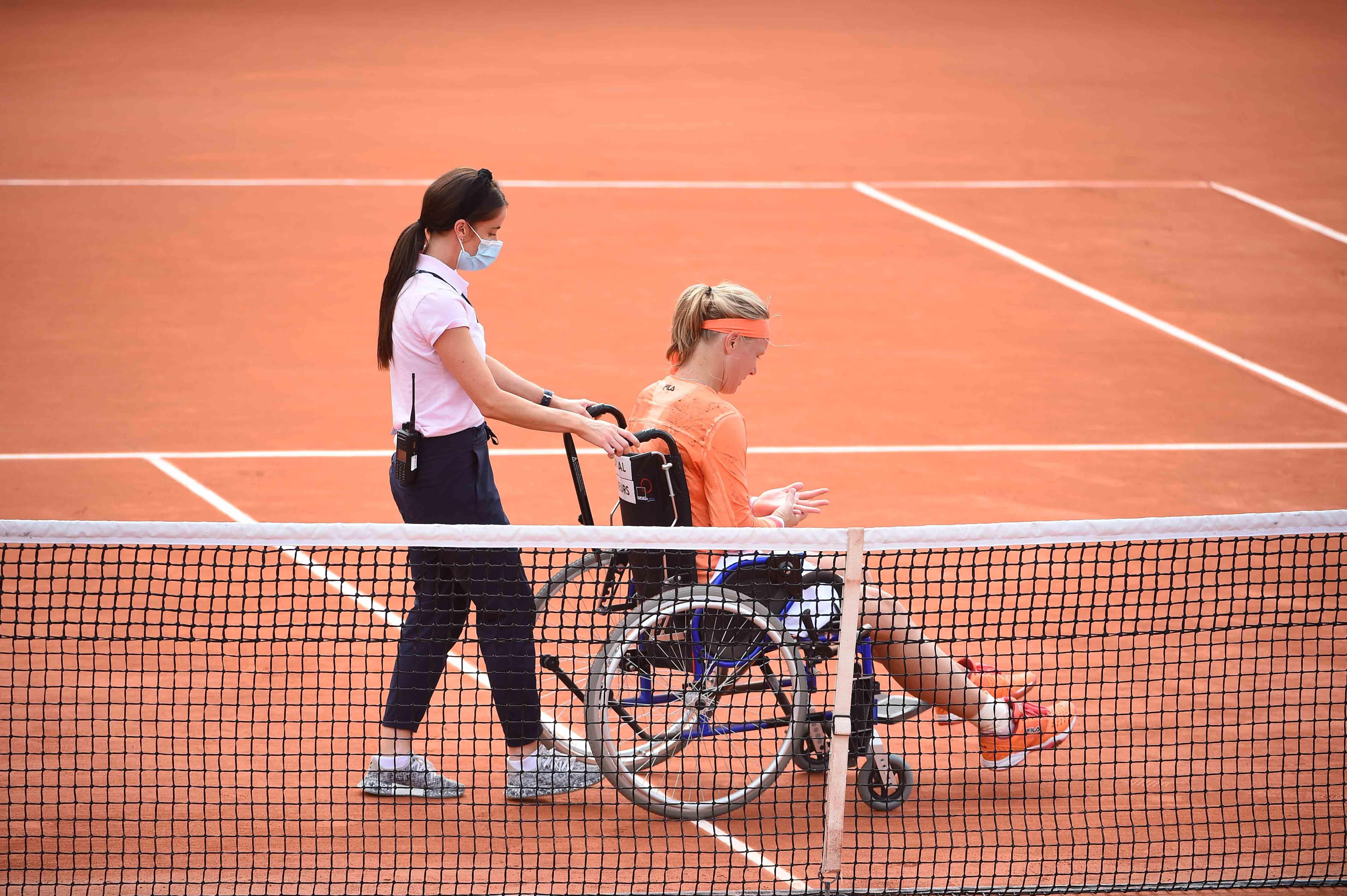 Kiki Bertens a dû sortir dans un fauteuil roulant après sa victoire au 2e tour de Roland-Garros 2020.