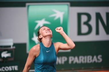 Simona Halep après sa victoire à Roland-Garros 2018 / Simona Halep relieved after her victory at Roland-Garros 2018