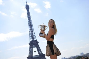 Maria Sharapova and her trophy in front of the Eiffel Tower Roland-Garros 2014