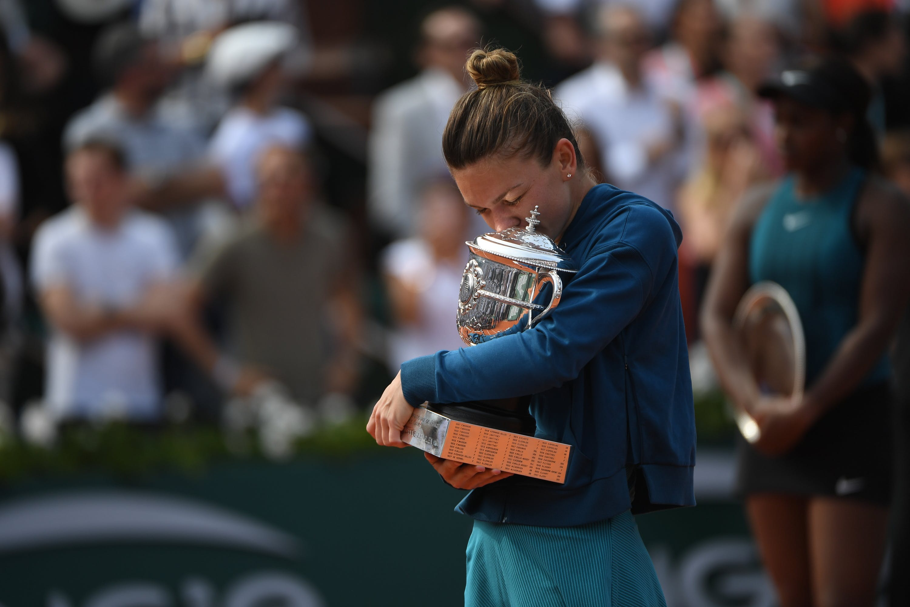 Simona Halep relieved and kissing the Roland-Garros 2018 trophy