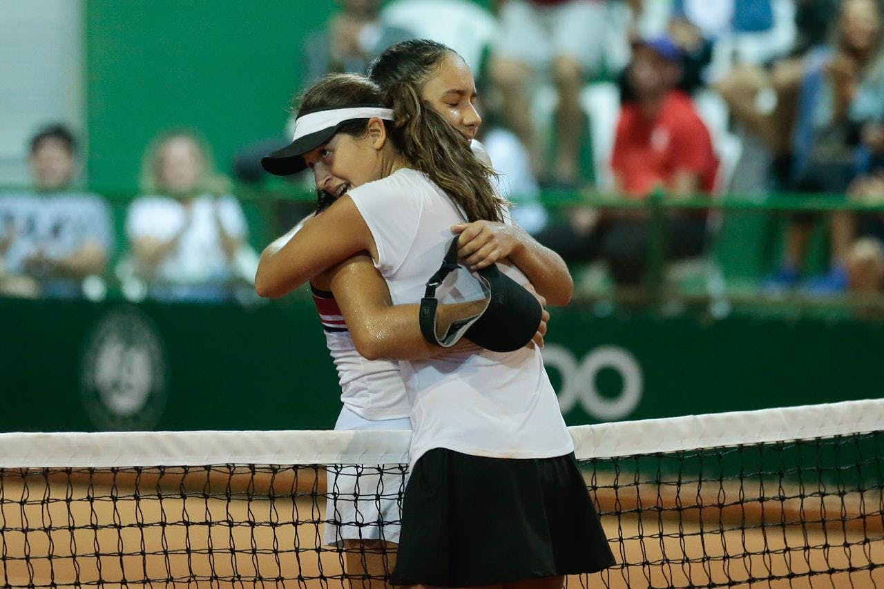 Camilla Bossi, winner, and Nalanda Silva, finalist, of the Brazilian Roland-Garros Junior Wild Card Series