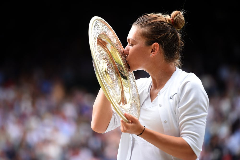Simona Halep (profile) kissing the Wimbledon 2019 trophy