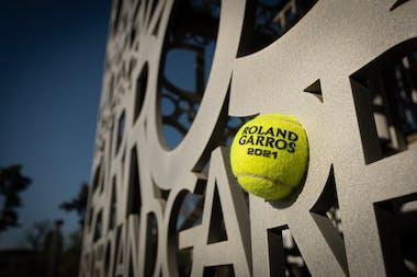 La balle Rolnd-Garros 2021 et la Croix de Saint-André