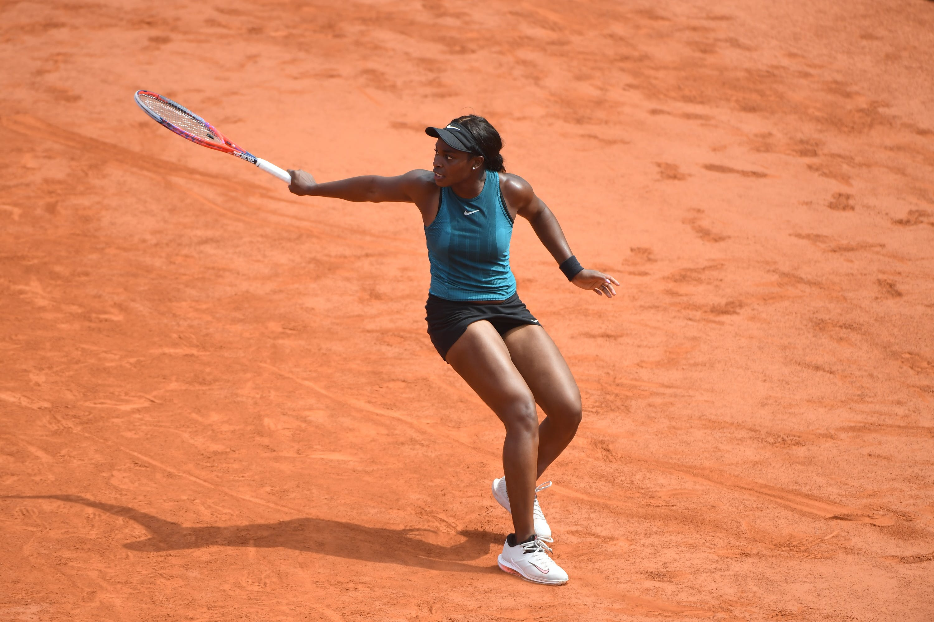 Sloane Stephens hitting a backhand at Roland-Garros 2018