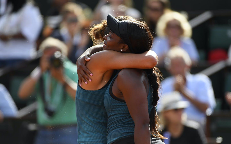 La belle accolade entre Madison Keys et Sloane Stephens, Roland-Garros 2018