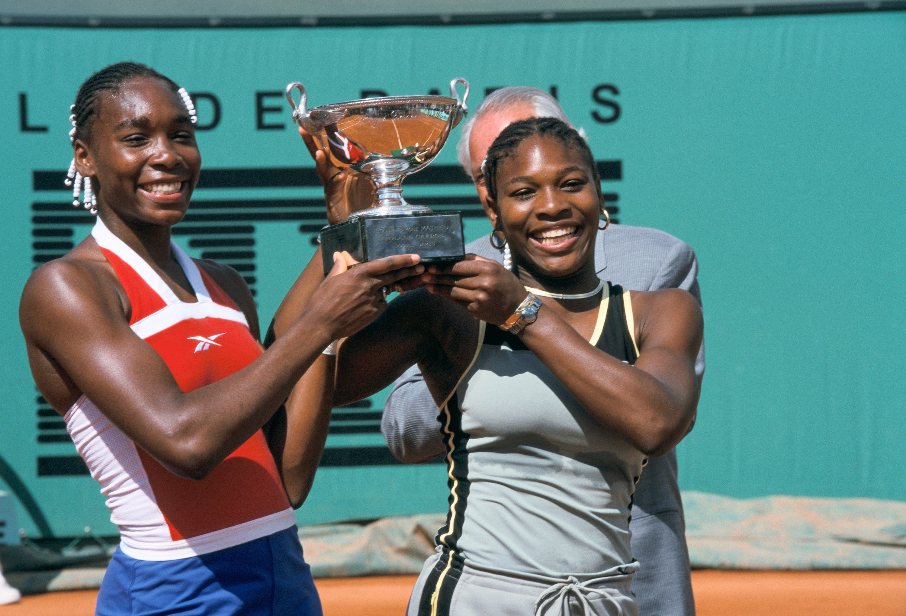 Venus & Serena Williams with the double trophy at Roland-Garros 1999