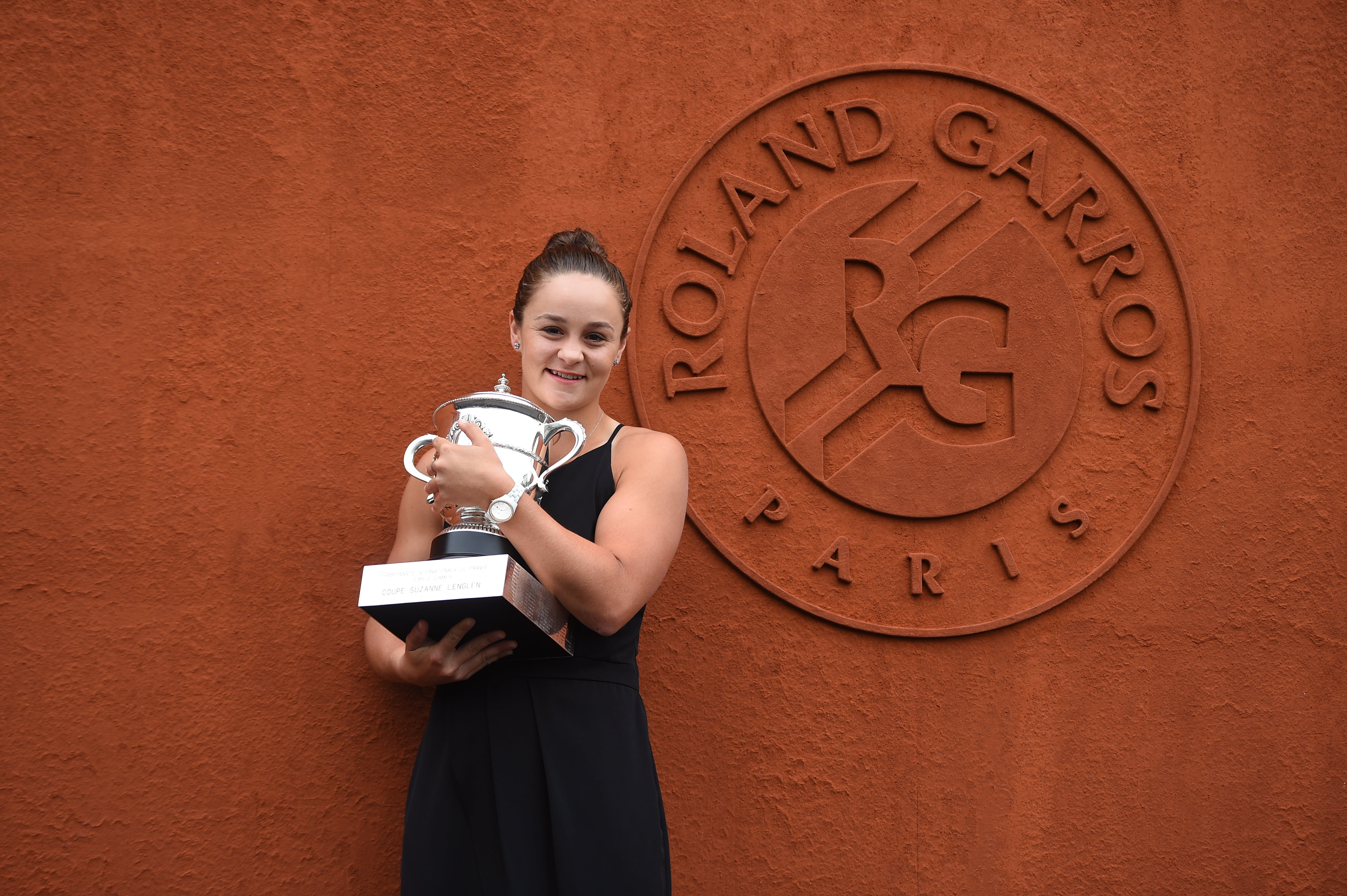 Ashleigh Barty with her trophy in front of the Roland-Garros wall