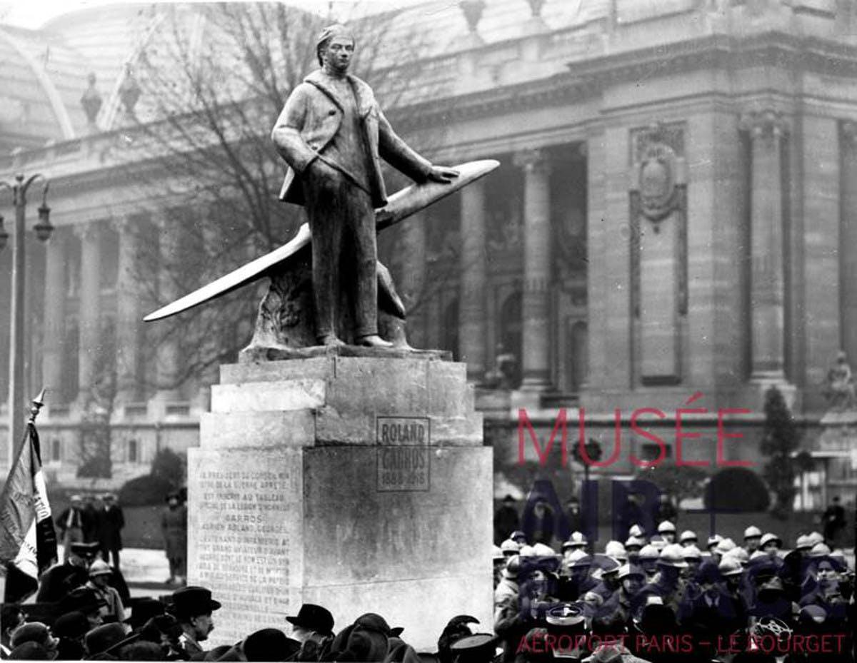 Inauguration du monument dédié à Roland Garros sur les Champs-Elysées. Paris, 3 décembre 1925.