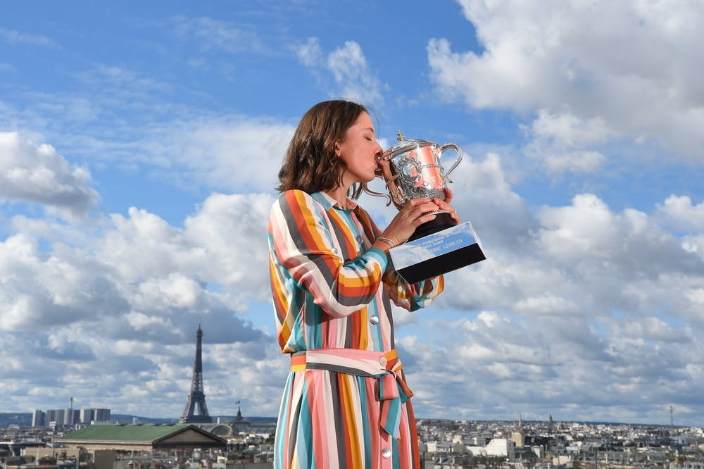 Iga Swiatek kissing the Suzanne-Lenglen Cup on the Galeries Lafayette rooftop Roland-Garros 2020