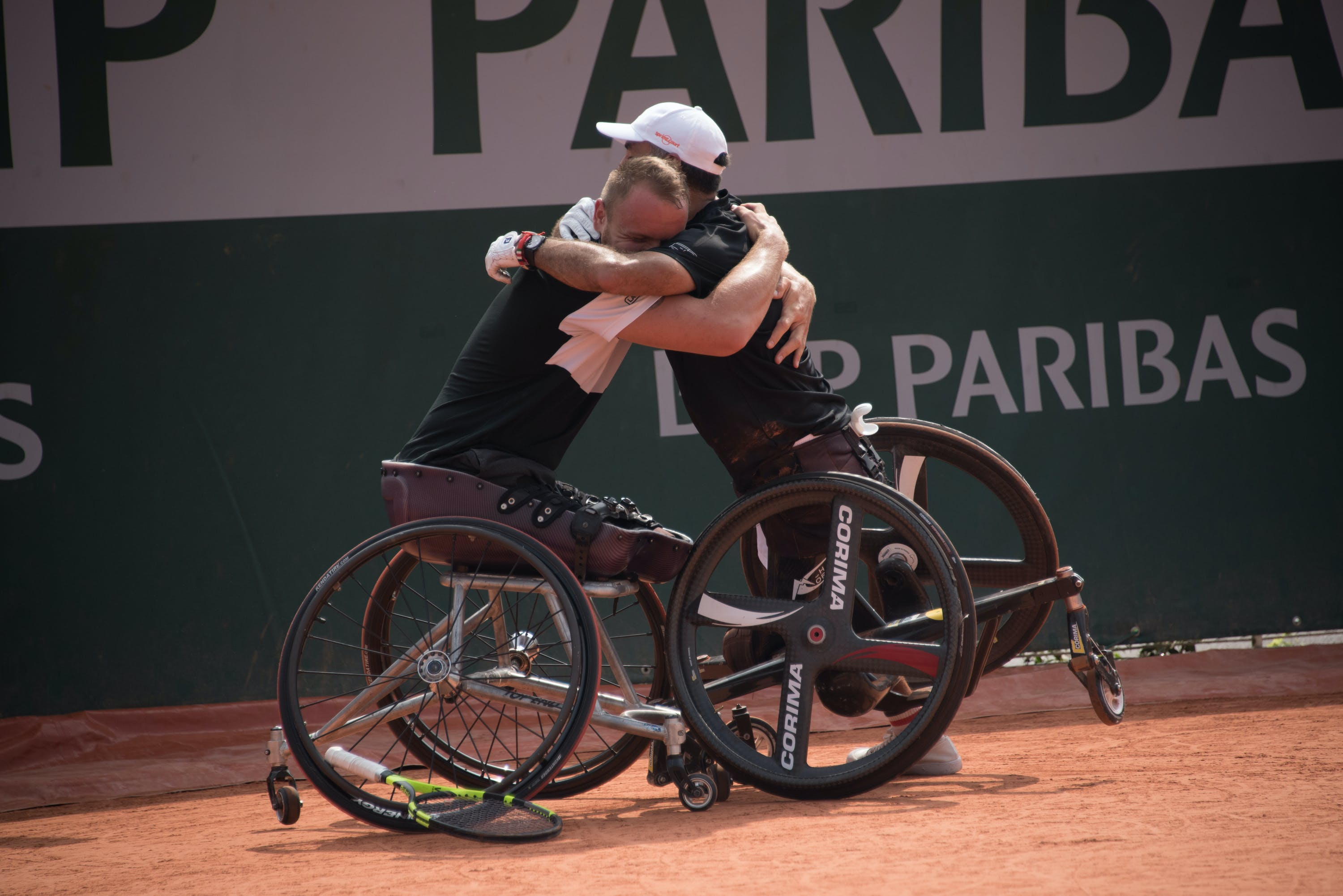 Nicolas Peifer and Stéphane Houdet hugging after winning the title at Roland-Garros 2018.