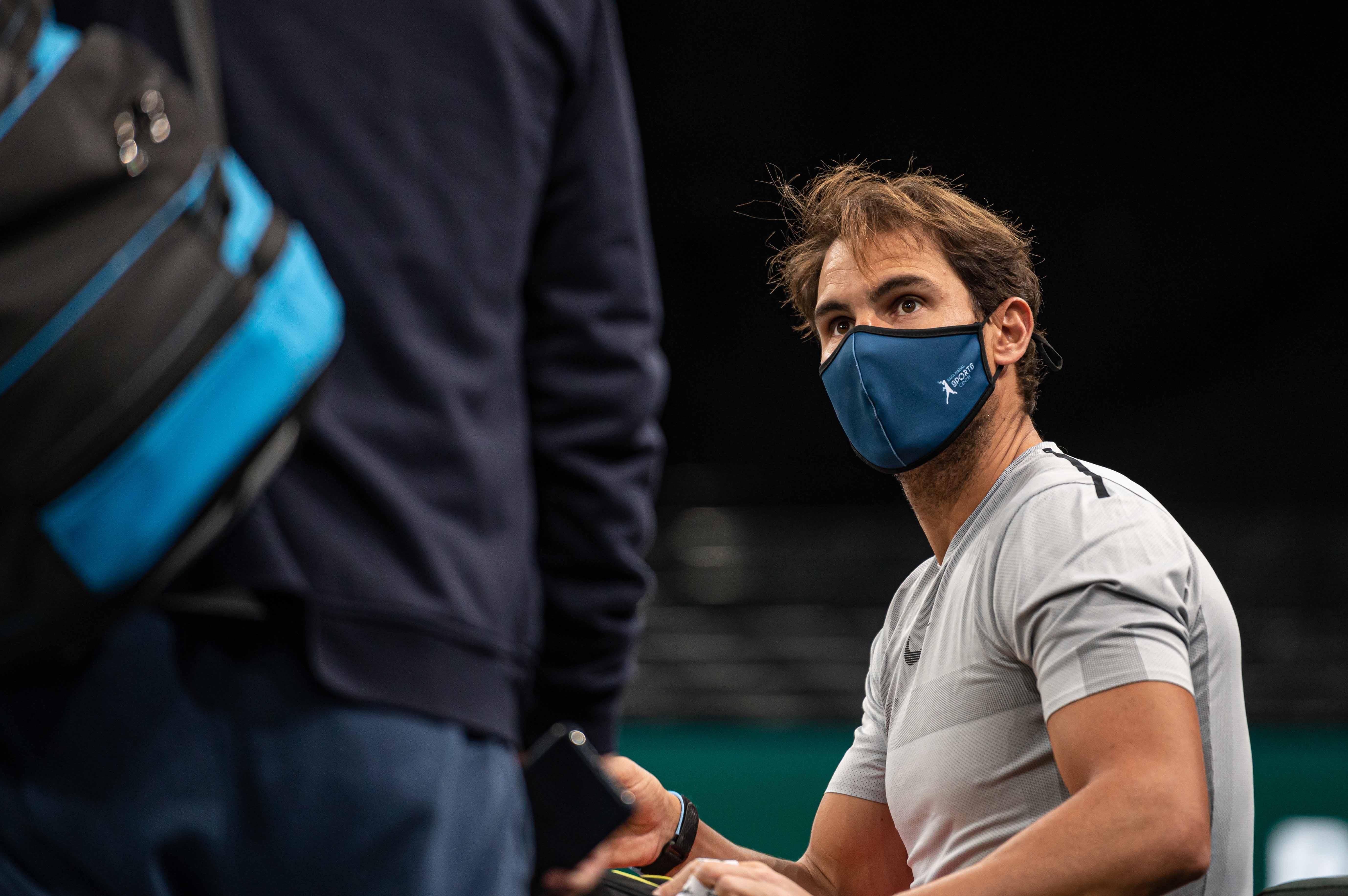 Rafael Nadal, mi-songeur, mi-attentif à ce que lui dit Francisco Roig, son coach.