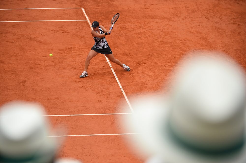 Ashleigh Barty slicing a backhand during Roland-Garros 2019