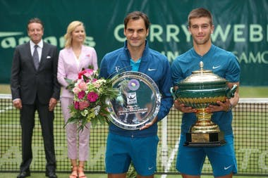 Borna Coric and Roger Federer posing with the trophy in Halle / Borna Coric bat Roger Federer en finale du tournoi de Halle.