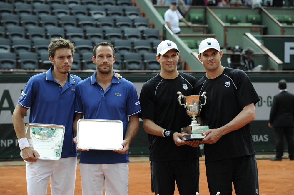 Bob and Mike Bryan holding their trophy when they won Roland-Garros 2013
