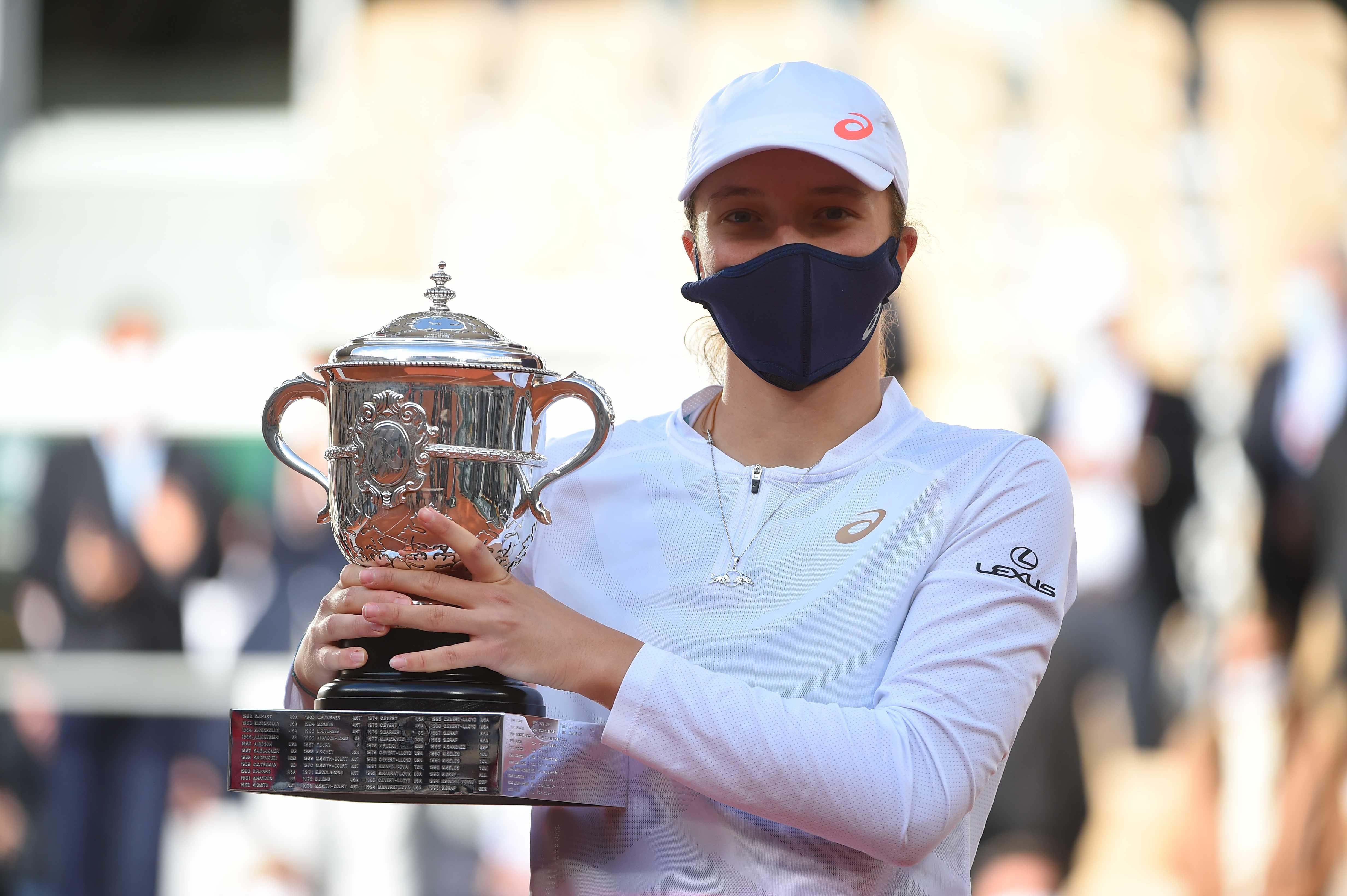 Iga Swiatek posing with her trophy at Roland-Garros 2020
