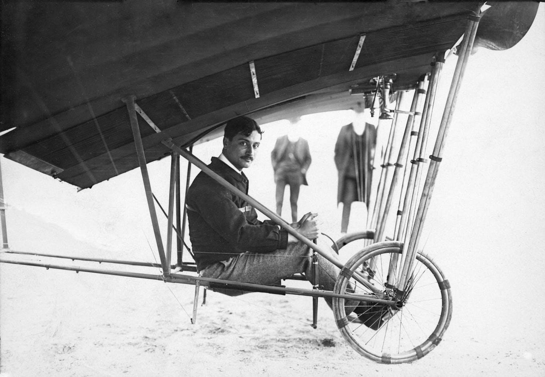 Roland Garros à bord de sa Demoiselle. Issy-les-Moulineaux, 27 avril 1910.
