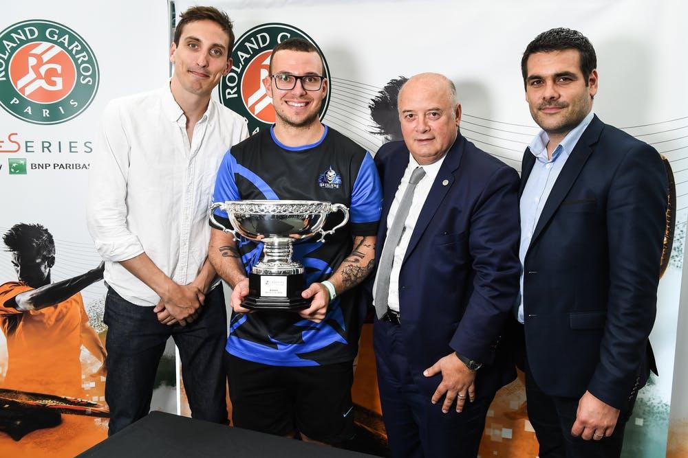 Carlos Che vainqueur winner Roland-Garros eSerie 2018 entouré de Norman