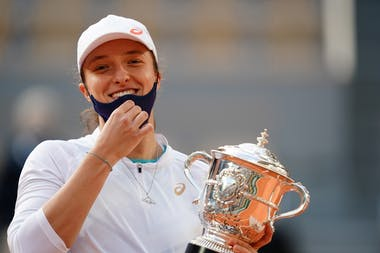 Iga Swiatek, Roland Garros 2020, final, trophy