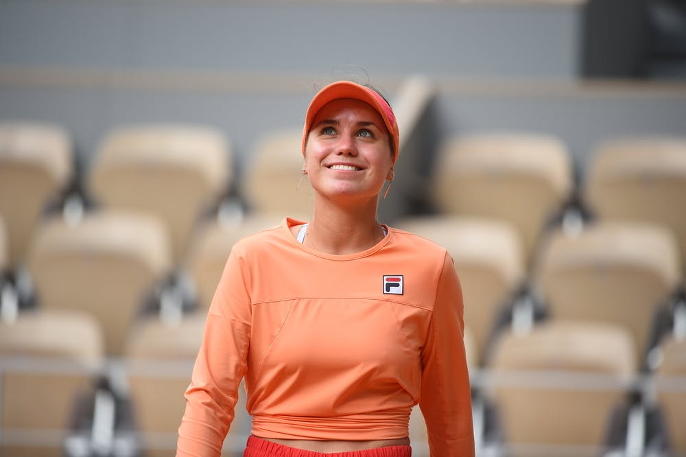 Sofia Kenin smiling while looking up at 2020 Roland-Garros