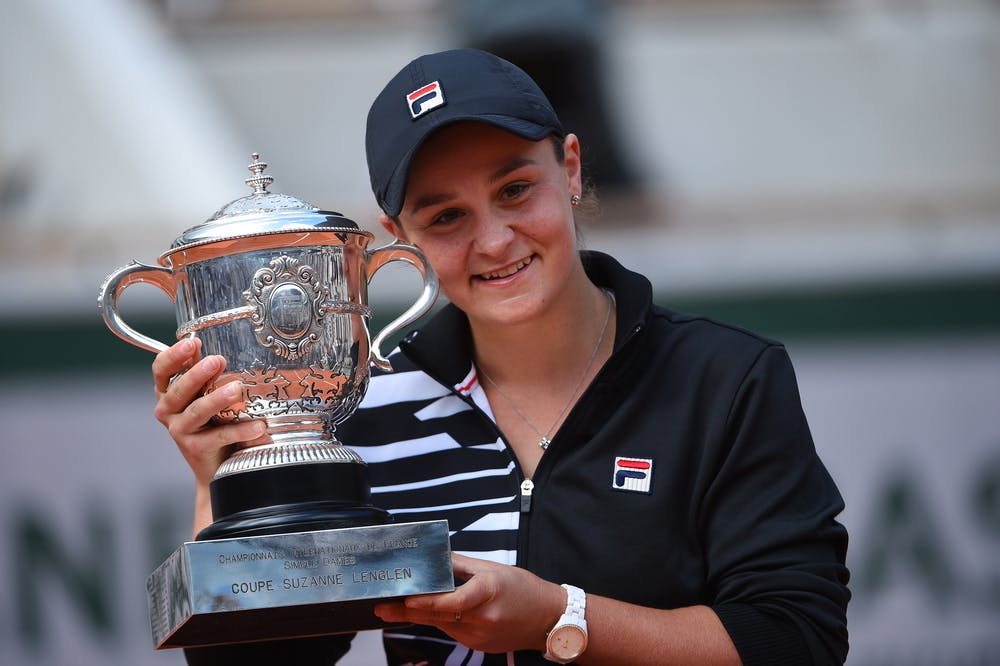 Ashleigh Barty smiling while posing with her Roland-Garros 2019 trophy.