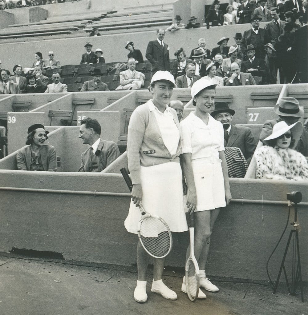 Marlene Dietrich, 1938 (à droite, lors de la finale dames opposant Simonne Mathieu à Nelly Landry).