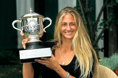 Mary Pierce with the trophy at Roland-Garros 2000