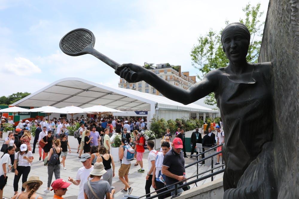 statue Suzanne Lenglen allées Roland-Garros.