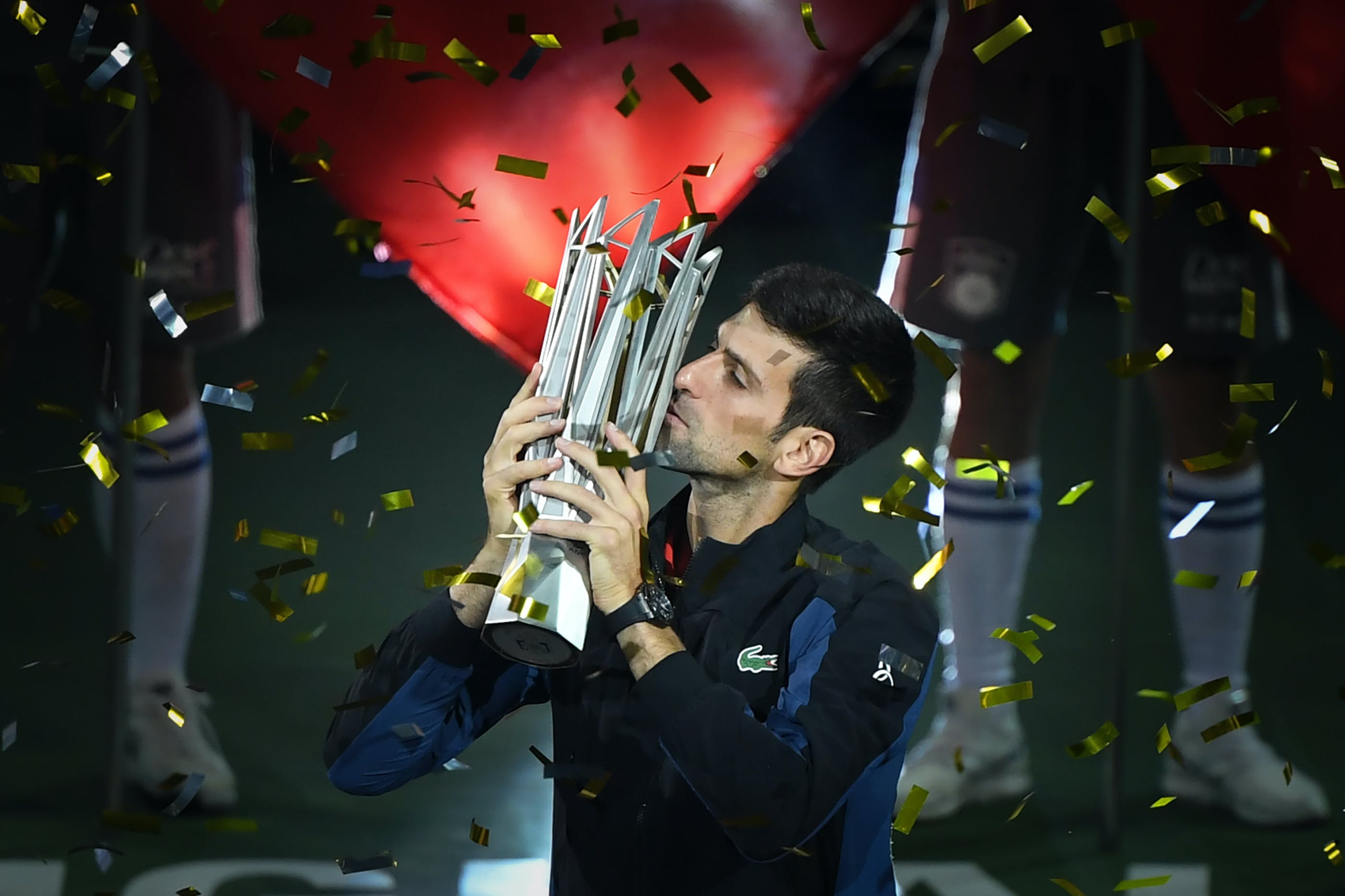 Novak Djokovic lifts the trophy at the 2018 Shanghai Masters 1000.