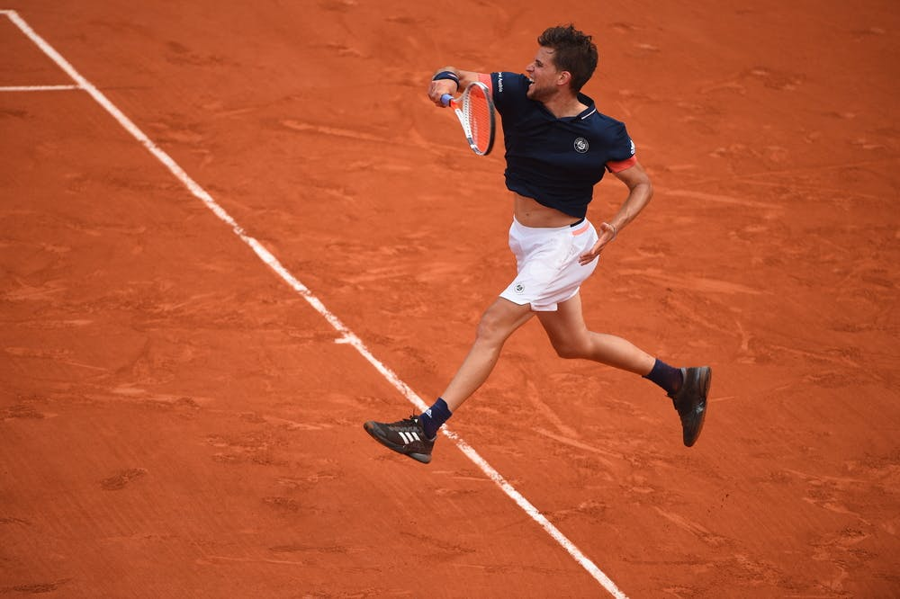 Dominic Thiem hitting a backhand on the clay of 2019 Roland-Garros
