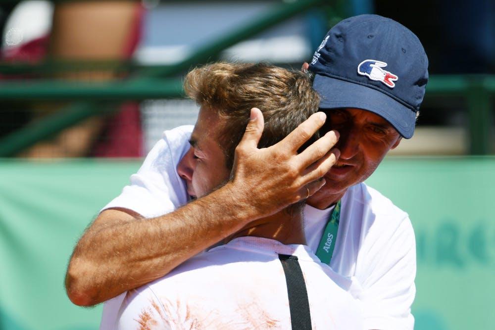 Hugo dans les bras de son coach Marc Barbier après sa victoire aux Jeux Olympiques de la Jeunesse 2018.