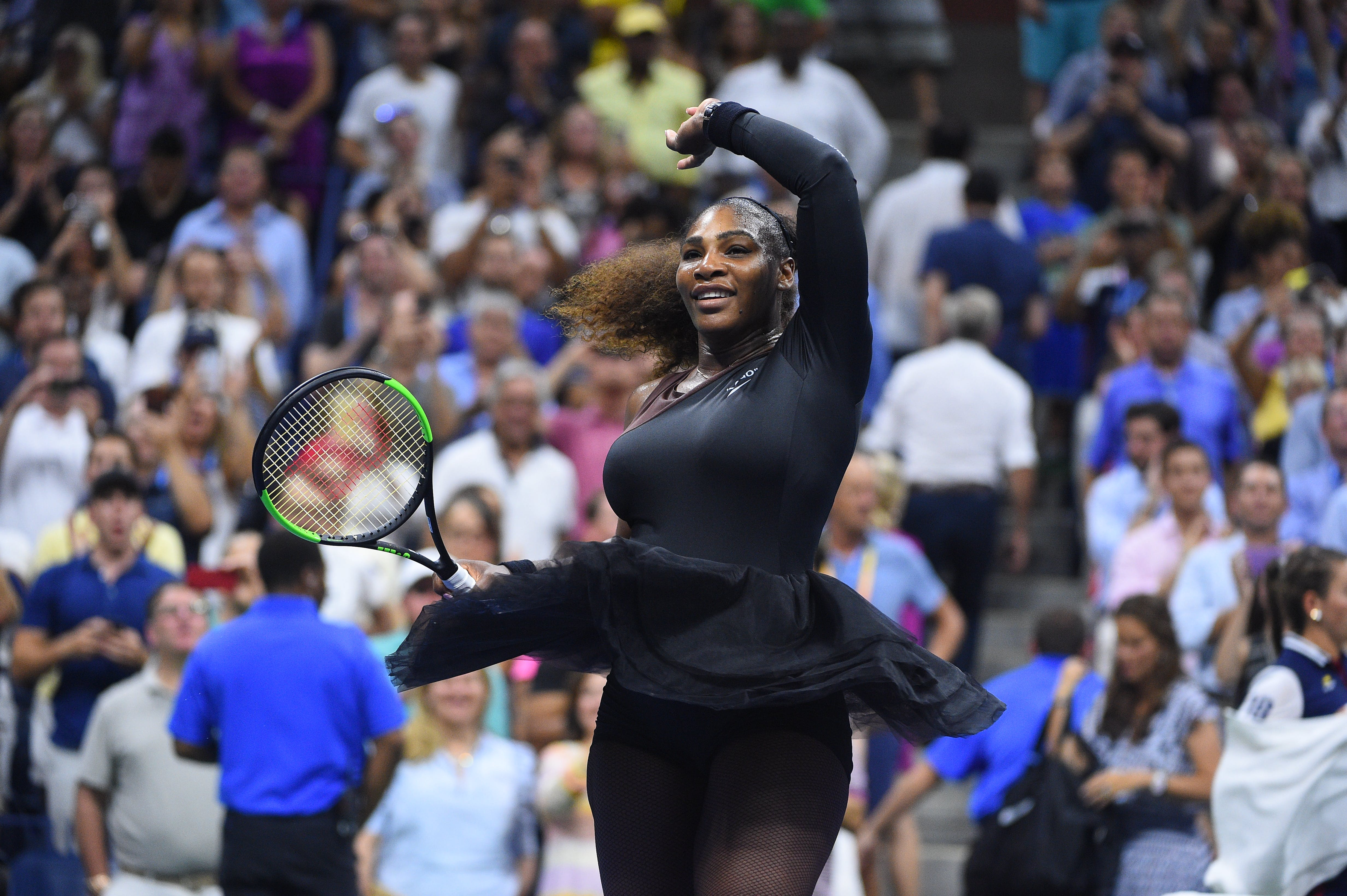Serena Williams wawing at the end of her quartefinal match US Open 2018