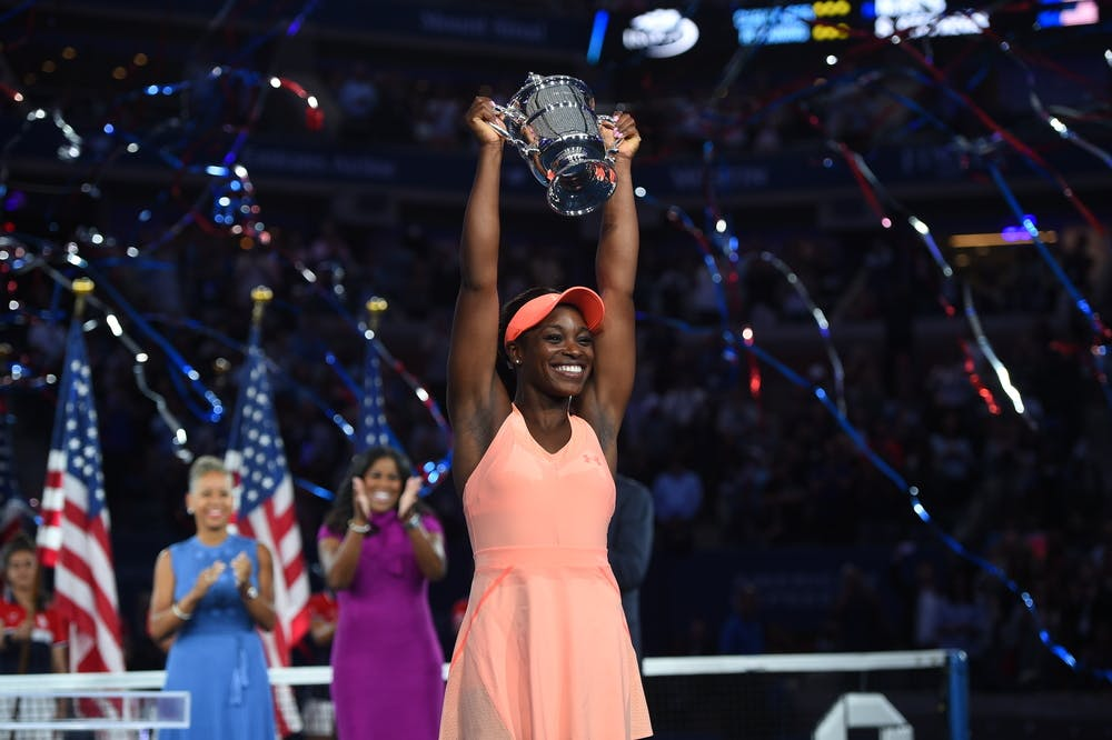 Sloane Stephens holding the trophy at the US Open 2017.