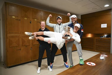 Iga Swiatek and her team, Roland Garros 2020, locker room trophy shoot