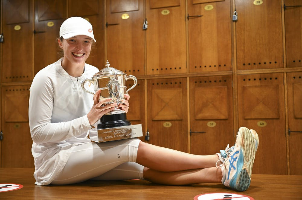 Iga Swiatek, Roland Garros 2020, locker room trophy shoot