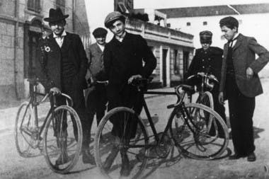 Roland Garros et sa bicyclette. Nice, 1902.
