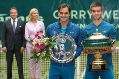 Borna Coric and Roger Federer posing with the trophy in Halle / Borna Coric bat Roger Federer en finale du tournoi de Halle.