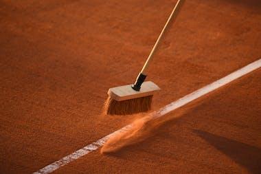 Entretien des courts à Roland-Garros