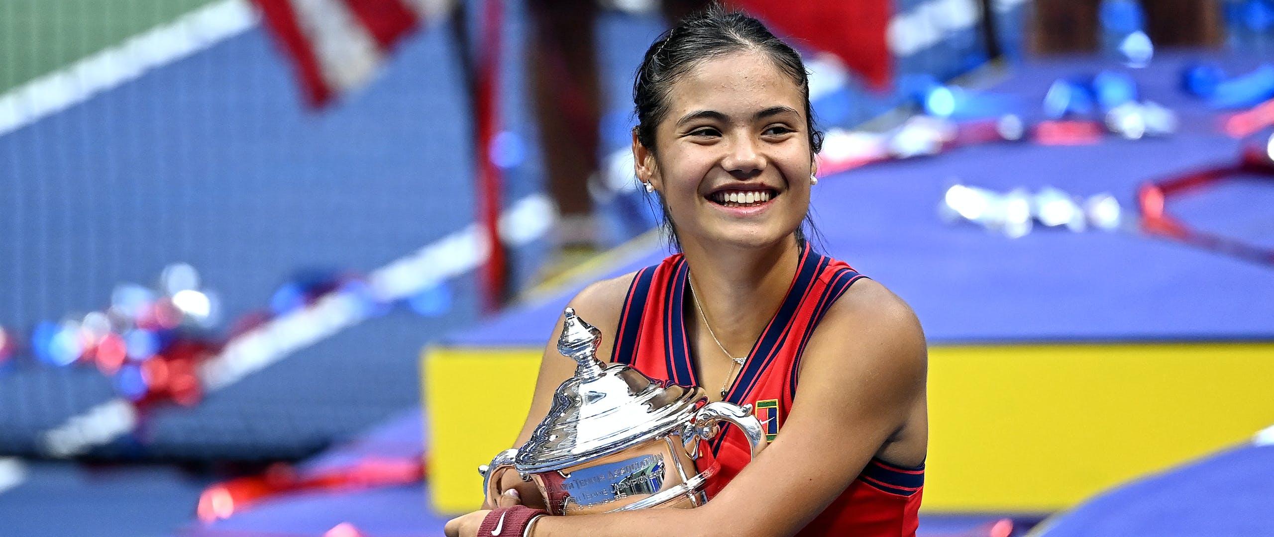 Emma Raducanu holding the trophy / US Open 2021