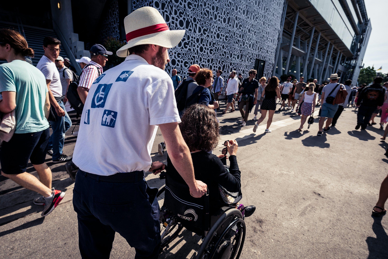 Aide aux usagers en fauteuil roulant à Roland-Garros