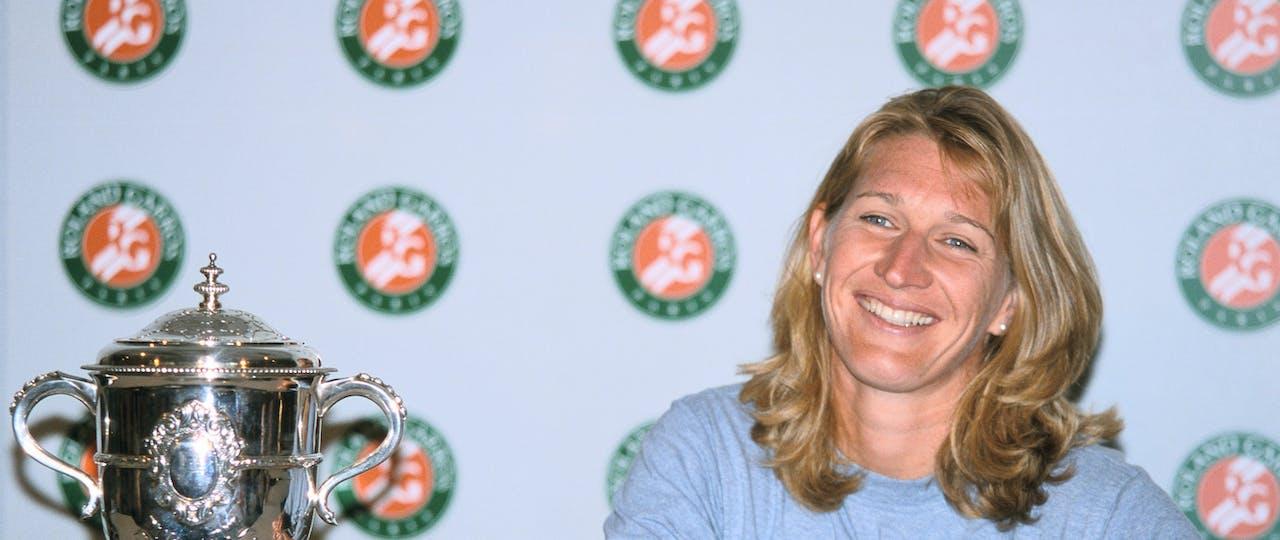 Steffi Graf with her trophy at Roland-Garros 1999
