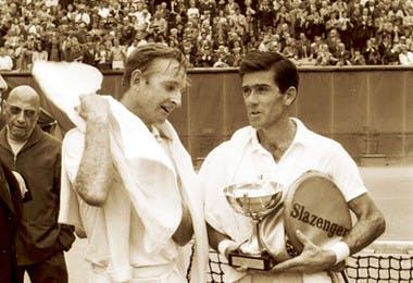 Ken Rosewall Rod Laver Roland-Garros 1968 (et Eugène de Kermadec dans l'angle gauche)