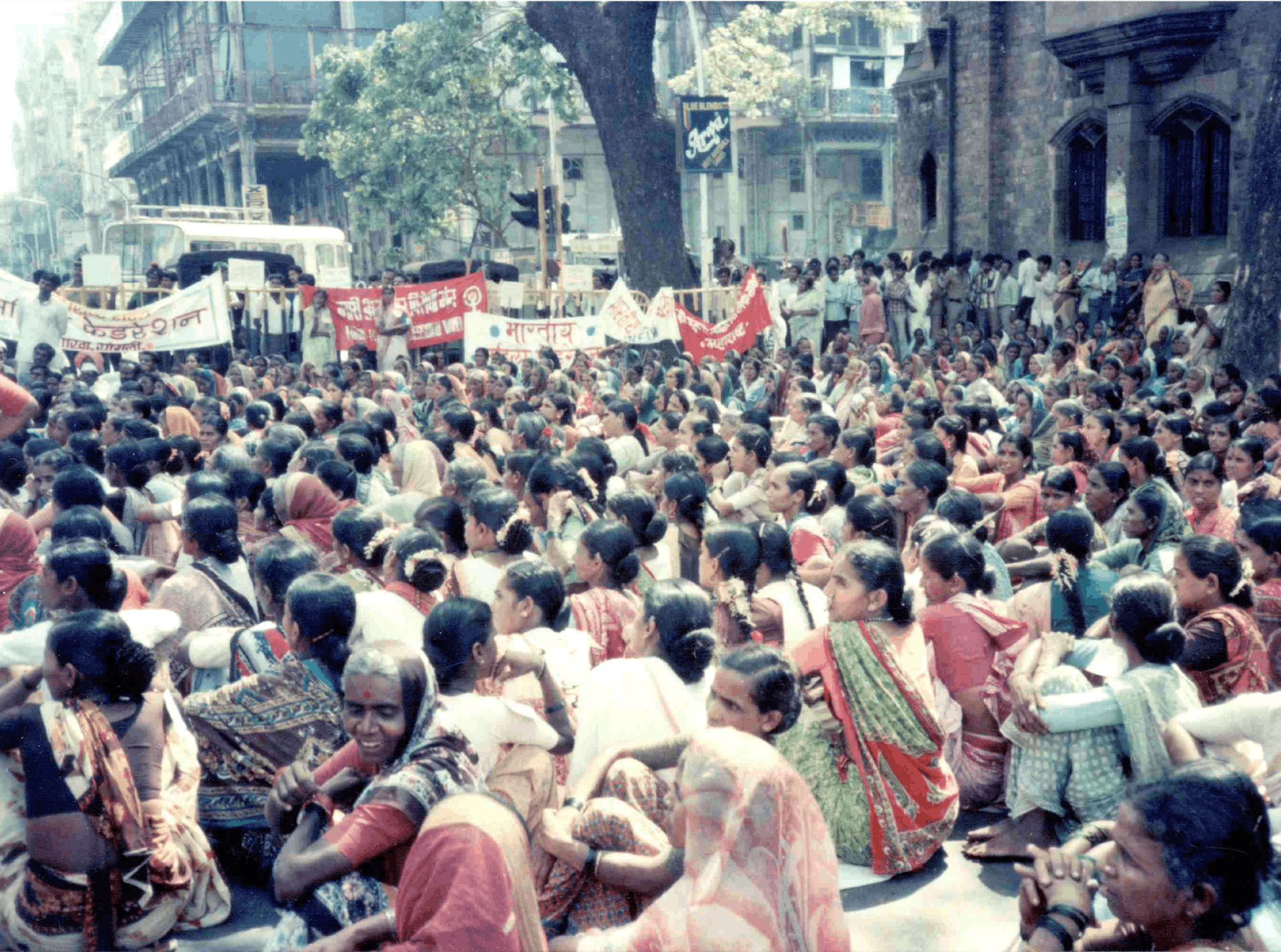 A public meeting to demand reopening of the Mathura case, in Mumbai's Kala Ghoda area in March 1980. Credit: Vibhuti Patel