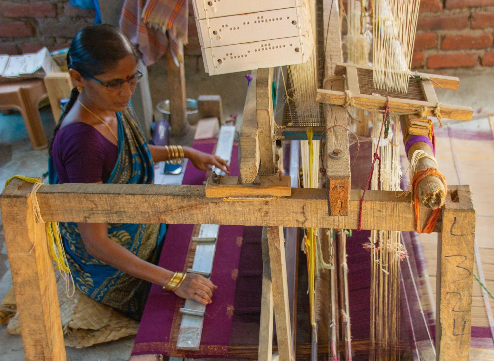 Durga Mahalakshmi weaves a kalamkari sari in Kappaladoddi. Photo by Justin Nisly