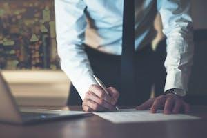 Crédit : faut-il négocier avec sa banque ou un courtier immobilier ?