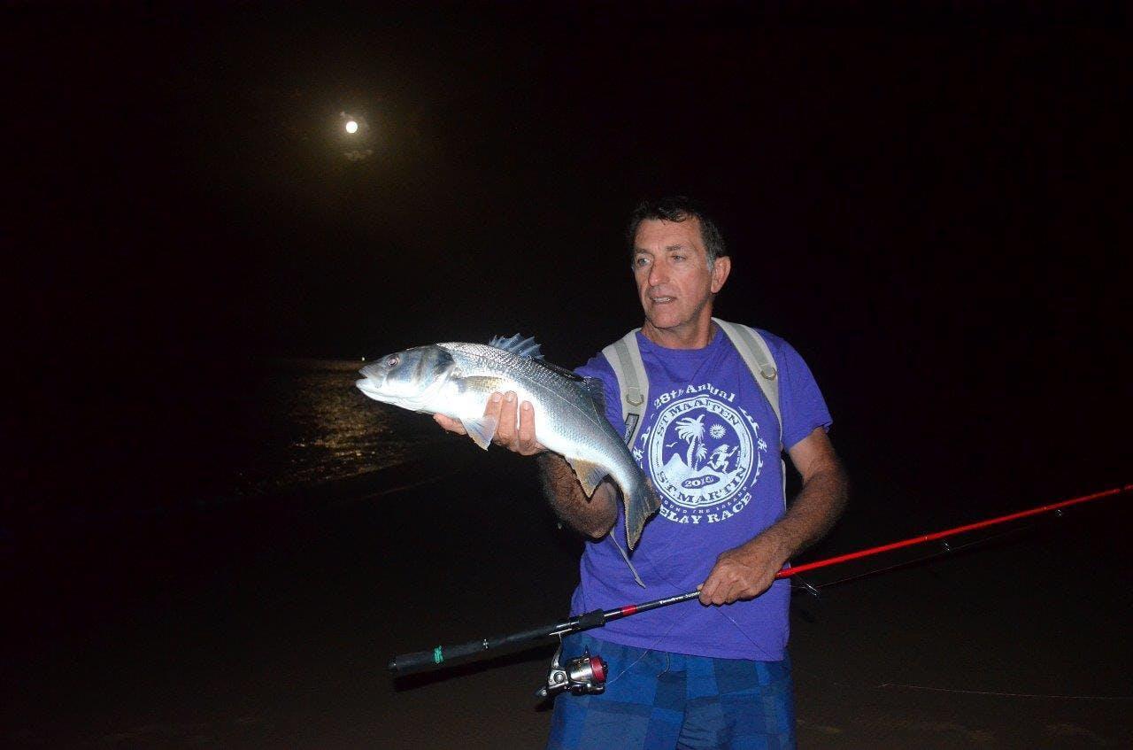 Pêche du bar de nuit à Algarve au Portugal