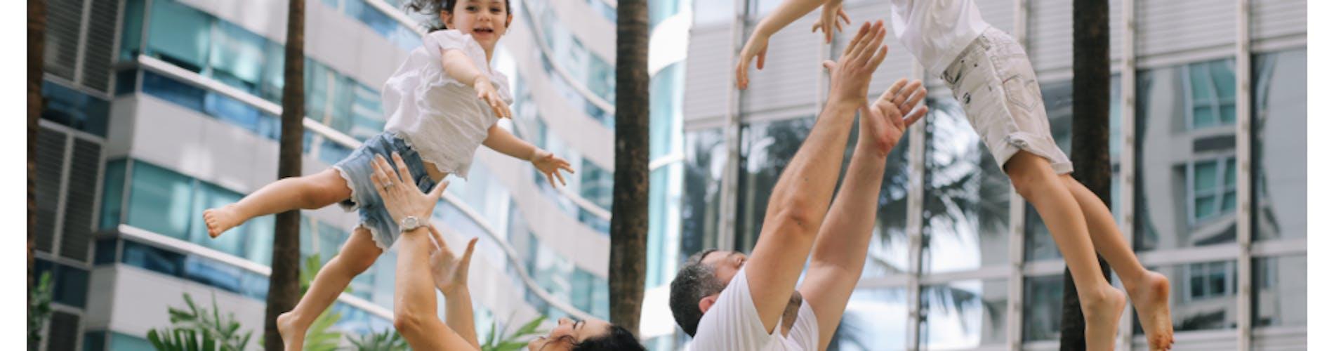 Glückliche Familie Mitarbeiter App Versicherung