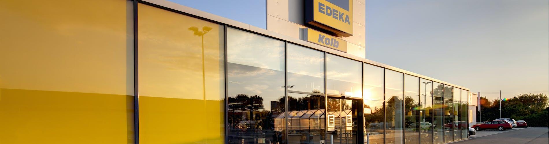 EDEKA Markt im Sonnenlicht